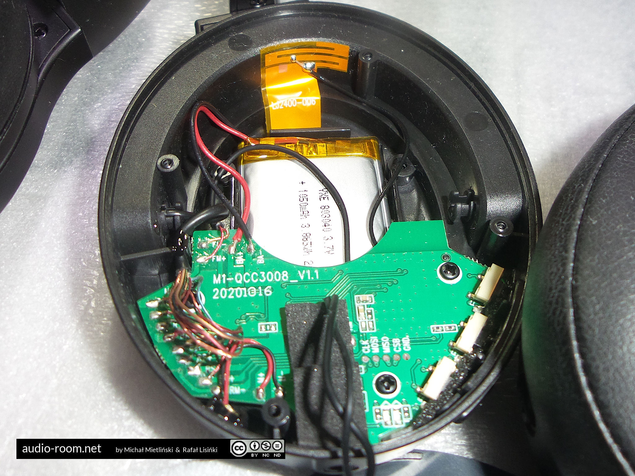 Valco VMK 20 - right cup, damping removed, BT board, battery, antenna